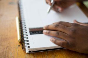 Alumno estudiando con un cuaderno