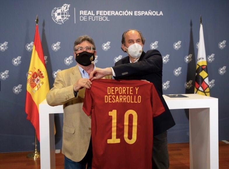 La RFEF impulsará proyectos en el Fútbol Base a través del reciclaje del césped artificial